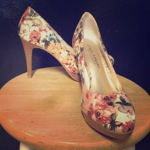 Adorable floral print pumps